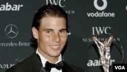 Rafael Nadal mendapat penghargaan Olahragawan Terbaik Laureus 2010 di Abu Dhabi hari Senin (7/2). Nadal telah pulih dari cedera kaki dan siap bertanding kembali.