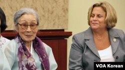 위안부 피해자 김복동 할모니(왼쪽)와 일리아나 로스-레티넨 하원의원.