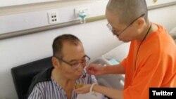 Liu Xiaobo, peraih Nobel Perdamaian dan pembangkang China yang dipenjarakan, tengah ditemani istrinya saat dirawat di sebuah rumah sakit di China (Foto: dok).