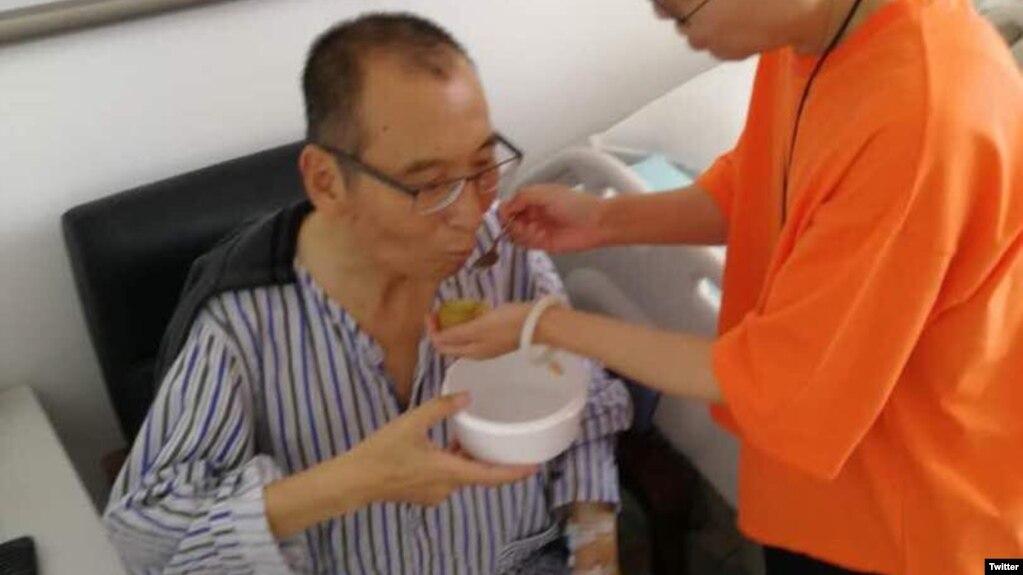 胡佳前妻曾金燕今天在推特上发布一张刘晓波近照。