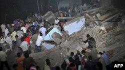 Nhân viên cứu hộ và cư dân tìm kiếm các nạn nhân trong đống đổ nát của tòa nhà cao tầng bị sập ở New Delhi, ngày 15/11/2010