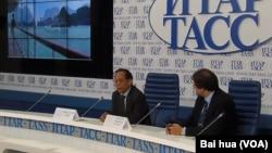 越南大使范春山(左)6月19日在俄罗斯塔斯社宣讲越南在南中国海问题上的立场。(美国之音白桦拍摄)