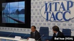 越南大使范春山(左)6月19日在俄羅斯塔斯社宣講越南在南中國海問題上的立場。