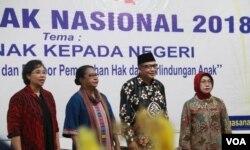 Penutupan Forum Anak Nasional 2018 di Surabaya oleh Menteri pemberdayaan Perempuan dan Perlindungan Anak Yohana Yambise (dua dari kiri), 22 Juli 2018. (Foto: Petrus Riski/VOA)