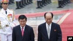 지난 6일 베트남 하노이를 방문한 김영남 북한 최고인민회의 상임위원장(오른쪽)이 쯔언 떤 상 베트남 국가주석과 의장대를 사열하고 있다.
