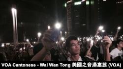 參與佔中啟動集會的人士揮舞手機燈光,代表爭取民主的點點燭光,大會表示約有5千人參與集會