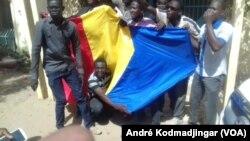 Manifestants devant la bourse du travail de Ndjamena le 5 avril 2016.