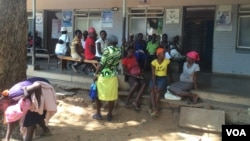 "Expectant mothers chat among themselves at St. Luke's Hospital ""maternity waiting homes,"" about 600 kilometers southwest of Harare, Zimbabwe. (Sebastian Mhofu/VOA)"