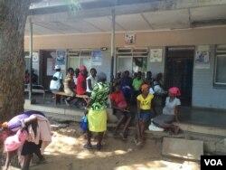 """Expecting mothers chatting among themselves at St Luke's Hospital """"maternity waiting homes,"""" about 600km southwest of Harare, Zimbabwe, Nov. 20, 2014. (Sebastian Mhofu/VOA)"""