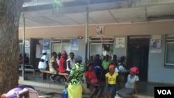 "FILE: Expecting mothers chatting among themselves at St Luke's Hospital ""maternity waiting homes,"" about 600km southwest of Harare, Zimbabwe, Nov. 20, 2014. (Sebastian Mhofu/VOA)"