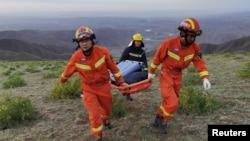 救援人員正在搜救甘肅山地馬拉松賽失踪者。(2021年5月22日)
