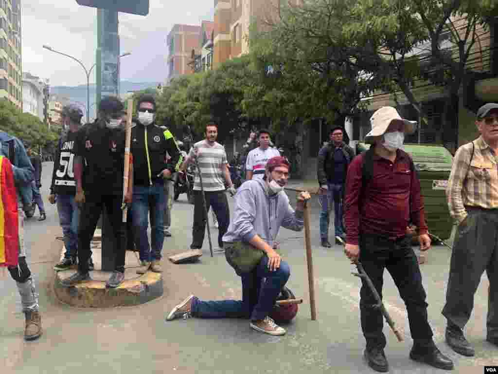 Los participantes de las protestas se cubrieron los rostros y llegaron armados con palos a las calles.