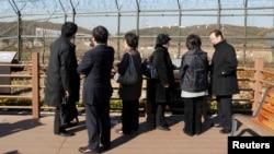 비무장지대 인근 임진각을 방문한 일본 납북자 가족들이 철책 넘어 북녘을 바라보고 있다. (자료사진)