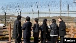 지난 2010년 비무장지대 인근 임진각을 방문한 일본 납북자 가족들이 철책 넘어 북녘을 바라보고 있다. (자료사진)
