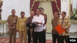 Presiden Joko Widodo memberikan keterangan pers di Istana Merdeka Jakarta Senin (13/6), soal pembatalan Perda bermasalah (VOA/Andylala).