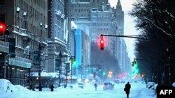 Pešaci kod Central parka u Njujorku, posle oluje koja je zavejala grad proteklog vikenda.