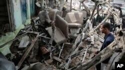 지난 9일 사우디 주도 연합군의 폭격으로 부서진 통학버스 앞에 남성이 서 있다. 이날 예멘 반군 지역인 사다주에서 발생한 폭격으로 버스에 타고 있던 어린이 40명이 숨지고, 50명이 다쳤다. (자료사진)