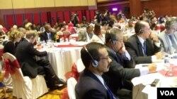 Para Duta Besar/perwakilan negara-negara asing di Indonesia, mendengarkan paparan KPU soal penyelengaraan Pemilu 2014, di Jakarta, Selasa, 1 April 2014 (VOA/Iris Gera)