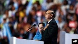 خضر و غزاله خان، پدر و مادر همایون خان سرباز مسلمان آمریکایی که در سال ۲۰۰۴ در بغداد کشته شد.