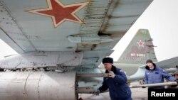 2015年3月12日俄羅斯軍人為蘇-25攻擊機噴氣式戰鬥機裝載空對地導彈