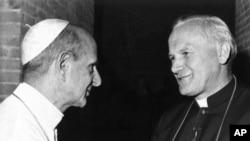 Un fichier photo non datée montrant le pape Paul VI, à gauche, saluer son successeur à être archevêque Karol Wojtyla de Cracovie, au Vatican.