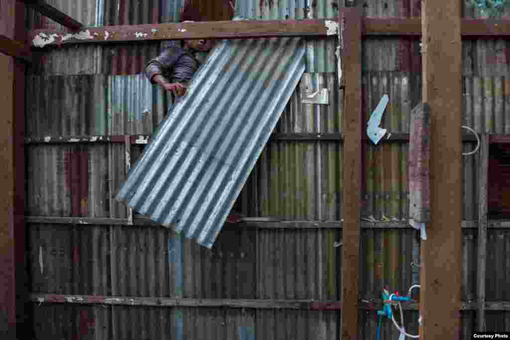 August 23, 2010 - Phnom Penh, Cambodia. A worker dismantles a house on Boeung Kak. Residents had the option of accepting 8500 dollars in compensation or receive 500 dollars to relocate to housing provided by the developers on the outskirts of the capital. © Nicolas Axelrod / Ruom