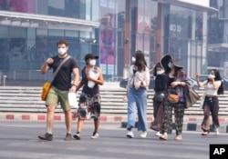 Para turis mengenakan masker di provinsi Chiang Mai, Thailand 2 April 2019.