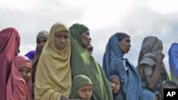 Newly arrived Somali refugees wait to be registered by the United Nations High Commission for Refugees at Dagahaley camp in Dadaab in Kenya's northeastern province, June 8, 2009