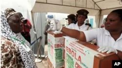 Petugas kesehatan di bandara Nigeria menggunakan termometer untuk mengukur suhu badan calon jemaah Haji yang akan berangkat ke Saudi (18/9). Nigeria tidak menemukan kasus baru ebola sejak 8 September.