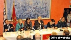 """U okviru prve faze """"V Speaking tour-a"""", u Podgorici je u ponedjeljak, 21. septembra 2015. godine, održana javna tribina o NATO-u. (gov.me)"""