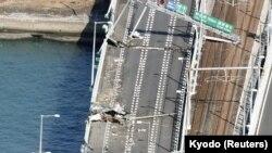 Oštećeni most koji vodi do aerodroma u Osaki