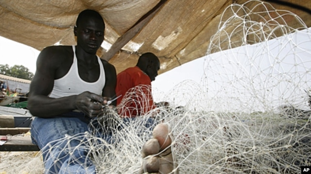 Fishermen prepare their nets at a fishing port of Guinea-Bissau, March 10, 2009 (file photo).