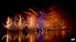 Kembang api di atas pohon Natal terapung di danau Lagoa pada penyalaan pohon Natal tahunan di Rio de Janeiro, Brazil, 30 Nov., 2013.