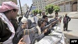 Các tay súng trung thàm với thủ lãnh bộ tộc Sheik Sadeq al-Ahmar canh gác tại một góc đường quanh tư gia của ông al-Ahmar, ngày 6/6/2011