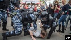 دستگیری یکی از تظاهرکنندگان توسط ماموران پلیس روسیه در مسکو - ۲۲ خرداد ۱۳۹۶
