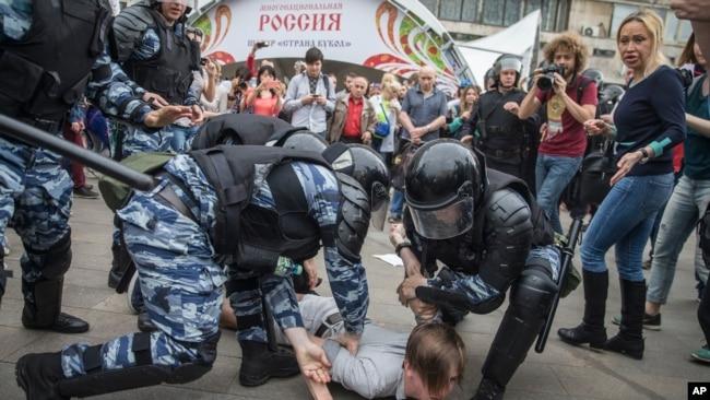 2017年6月12日,俄罗斯警方在莫斯科拘捕了一名抗议人士。