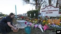 Spomenik žrtvama pucnjave u školi Mardžori Stounmen Daglas u Parklendu na Floridi.