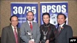 Tiến sĩ Nguyễn Đình Thắng (người ngoài cùng bên phải), Giám đốc điều hành Ủy ban Cứu người Vượt biển BPSOS