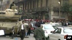 警察在开罗游行,要求提高工资,得到尊重