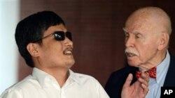 Profesor Jerome Cohen dari New York University (kanan) berbicara dengan Chen Guangcheng setibanya di kampus universitas tersebut (19/5).
