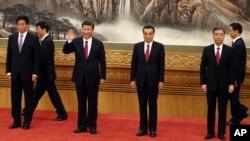 Presiden Xi Jinping (ketiga dari kiri) bersama para anggota Komisi Politbiro Partai Komunis China, di Beijing, Rabu (25/10).