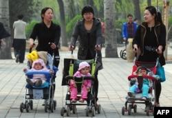 Các cơ quan về kế hoạch gia đình ở Trung Quốc trừng phạt tất cả những ai phá vỡ chính sách một con, bao gồm cả những ca sinh con ngoài giá thú