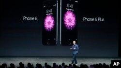Tổng giám đốc Apple Tim Cook giới thiệu 2 mẫu iPhone 6 và iPhong 6 Plus ở Cupertino, bang California hôm thứ Ba, 9/9/14