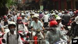 Para pengendara sepeda motor berdesakan pada jam macet di jalan La Thanh, jalan macet terparah di Hanoi, Vietnam. (Foto: dok).