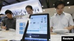 Produk Samsung Galaxy Tab 10.1 dipajang di Seoul. Samsung dan Apple berselisih hukum di lebih 10 negara. (Photo: Reuters)