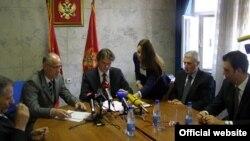 Ministar unutrašnjih poslova Crne Gore Raško Konjević (C) tokom današnjeg potpisivanje memoranduma (MUP)