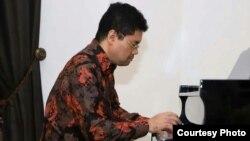 Pianis Indonesia, Ananda Sukarlan tampil dalam sebuah pertunjukan. (Foto: courtesy)
