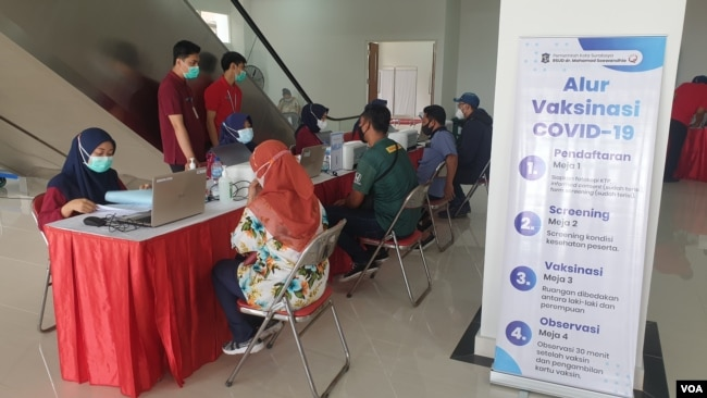 Sejumlah pekerja media mengikuti proses pemberian vaksin COVID-19 (foto Petrus Riski-VOA).