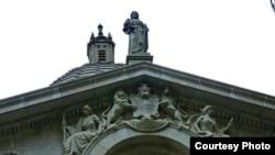 香港终审法院大楼上的象征正义与法律的蒙眼泰美斯女神像(苹果日报图片)