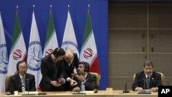 30일 비동맹국 정상회의에 참석한 반기문 유엔 사무총장(왼쪽), 마무드 아메디네자드 이란 대통령(가운데), 무함마드 무르시 이집트 대통령(오른쪽).